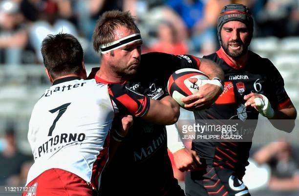 Toulon's Argentine flanker Facundo Isa fights for the ball with Lyon's South African lock Hendrik Roodt during the French Top 14 rugby union match...