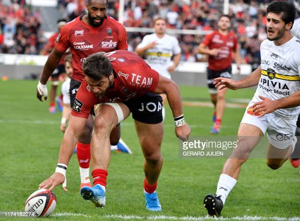 Toulon's Argentinian flanker Facundo Isa scores a try during the French Top 14 rugby union match between Toulon and La Rochelle on October 6 at the...