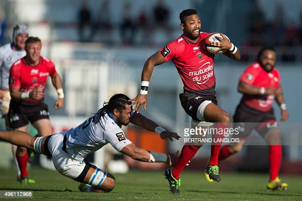 RC Toulon's British fullback Delon Armitage avoids the tackle from Montpellier's Tonganborn Australian lock Sitaleki Timani during the French Top 14...