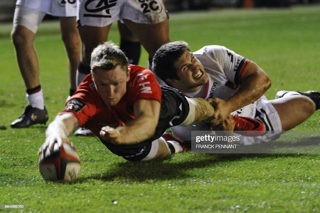RC Toulon's English winger Chris Ashton scores a try during the French Top 14 rugby union match between RC Toulon and Lyon on December 2, 2017 at the Mayol stadium in Toulon, southeastern France. / AFP PHOTO / Franck PENNANT