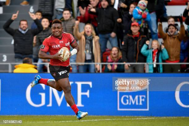 Toulon's Fiji wing Filipo Nakosi runs to score during the French Top 14 rugby union match between Toulon and Lyon on December 22 at the Stade Mayol...