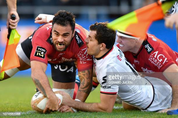 TOPSHOT Toulon's New Zealander flanker Liam Messam scores his team's first try during the French Top 14 rugby union match between Toulon and Lyon on...