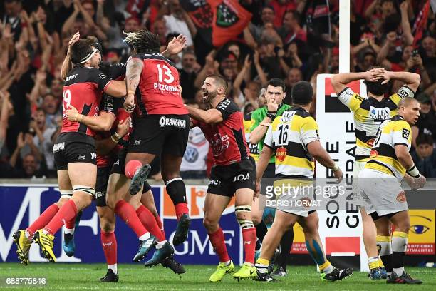 Toulon's players celebrate after winning the French Top 14 rugby union match between RC Toulon and La Rochelle on May 26 2017 at the Velodrome...