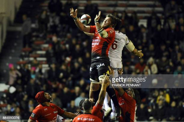 RC Toulon's South African Number Eight Duane Vermeulen catches the ball during the French Top 14 rugby union match between RC Toulon and Lyon on...