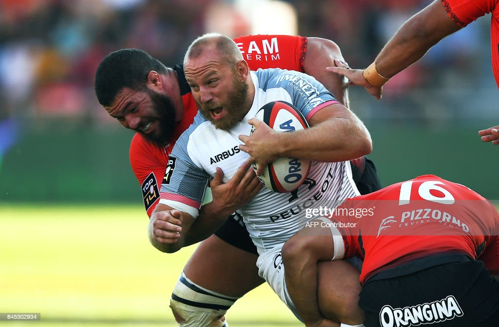 RC Toulon's South African prop Marcel Van Der Merwe (L) vies with Toulouse's French hooker Lucas Pointud (R) during the French Top 14 rugby union match Toulon vs Toulouse at the Mayol Stadium on September 10, 2017 in Toulon, southern France. /