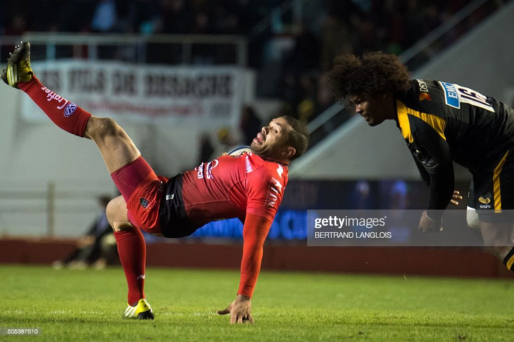 RC Toulon's South African wing Bryan Habana (L) vies with Wasps' hooker Ashley Johnson during the European Champions Cup rugby union match RC Toulon vs Wasps on January 17, 2016 at the Mayol stadium in Toulon, southeastern France.