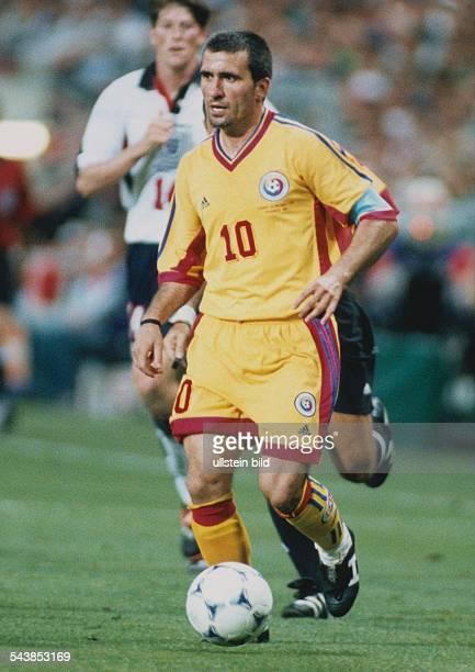 Toulouse FußballWeltmeisterschaft in Frankreich Gruppe G Rumänien England Gheorghe Hagi Mittelfeldspieler der rumänischen Nationalmannschaft führt...