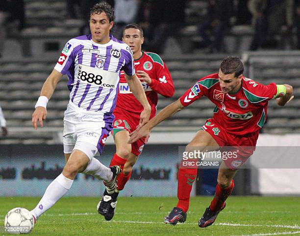 Toulouse's Sweden stricker Johan Elmander vies with Sedan's defender Jeremy Henin during their French L1 football match, 11 November 2006 in...
