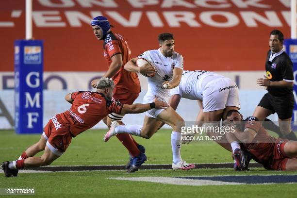 Toulouse's Argentine centre Juan Cruz Mallia runs witht he ball during the French Top 14 rugby union match between Toulon and Toulouse at the Mayol...