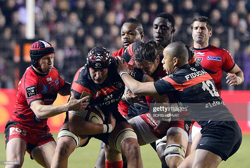 Toulouse's Argnentinian lock Patricio Albacete (2ndL) vie with Toulon's French flanker Pierrick Gunther (3rdL) and TOulon's Australian fly-half Matt Giteau (L) during the French Top 14 rugby Union match RC Toulon versus Toulouse on March 2, 2013, at the Mayol stadium in the French southern city of Toulon.