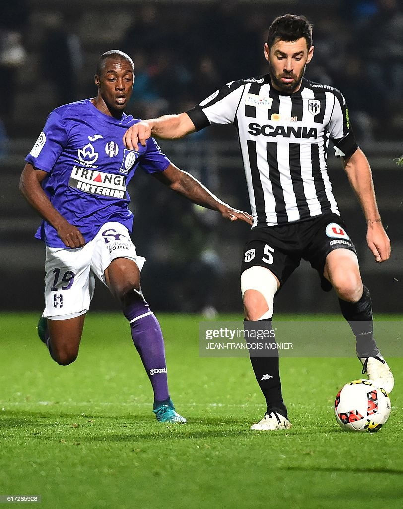 Toulouse's Brazilian midfielder Somalia (L) vies for the ball with Angers' French midfielder Thomas Mangani during the French L1 football match between Angers (SCO) and Toulouse (TFC) on October 22, 2016, at the Jean Bouin Stadium in Angers, northwestern France. / AFP / JEAN