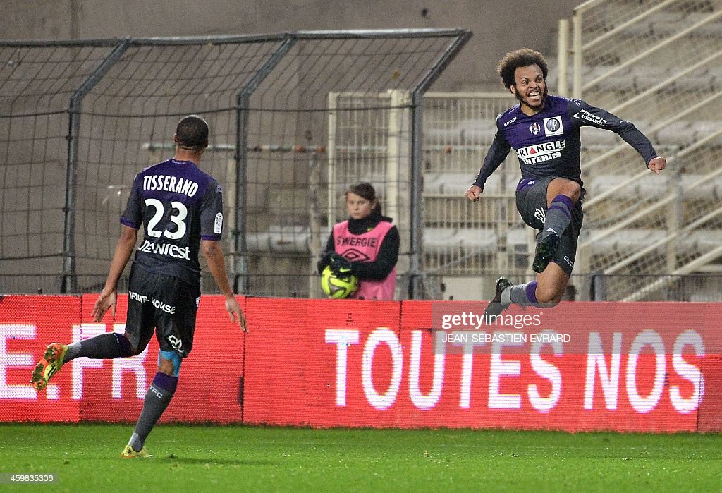 Toulouse's Danish forward Martin Braithwaite (R) celebrates after scoring a goal during the French L1 football match between Nantes (FCN) and Toulouse (TFC) on December 2, 2014 at the Beaujoire stadium in Nantes, western France.