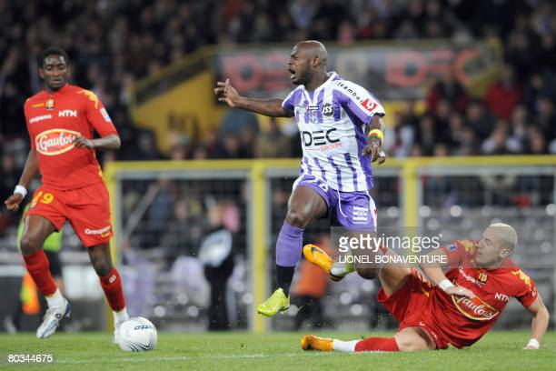 Toulouse's forward Achille Emana vies with Le Mans' mildfielder Hassan Yebda as forward Mamadou Samassa looks on during their French L1 football...