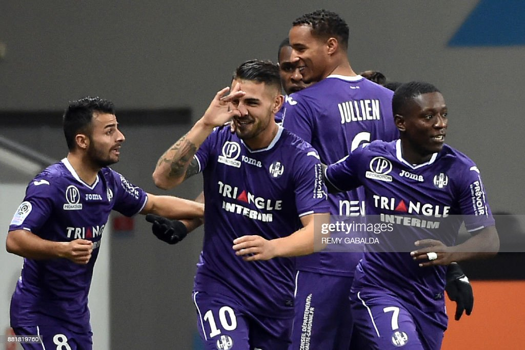 Toulouse's forward Andy Delort (C) celebrates with teammates after scoring a goal during the French L1 football match between Toulouse and Nice, 29 november, 2017 at the Municipal Stadium in Toulouse, southern France. /