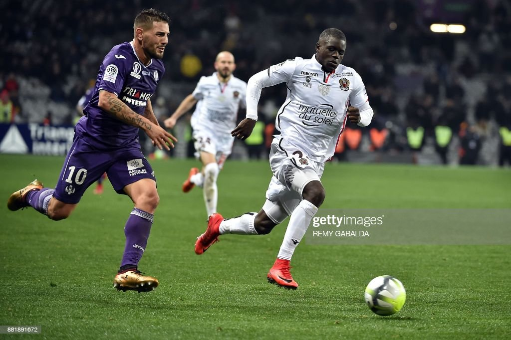 Toulouse's forward Andy Delort (L) vies with Nice's Malang Sarr (R) during the French L1 football match Toulouse vs Nice, on November 29, 2017 at the Municipal Stadium in Toulouse, southern France. /