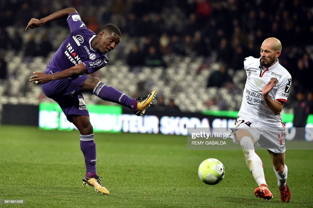 Toulouse's forward Max Gradel kicks the ball during the French L1 football match Toulouse vs Nice, on November 29, 2017 at the Municipal Stadium in Toulouse, southern France. /