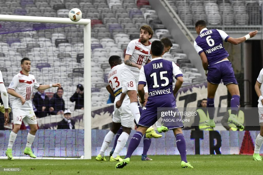 Toulouse's French defender Christopher Jullien (R) scores a goal during the French L1 football match Toulouse against Lille on March 05, 2017 at the Municipal Stadium in Toulouse, southern France. /