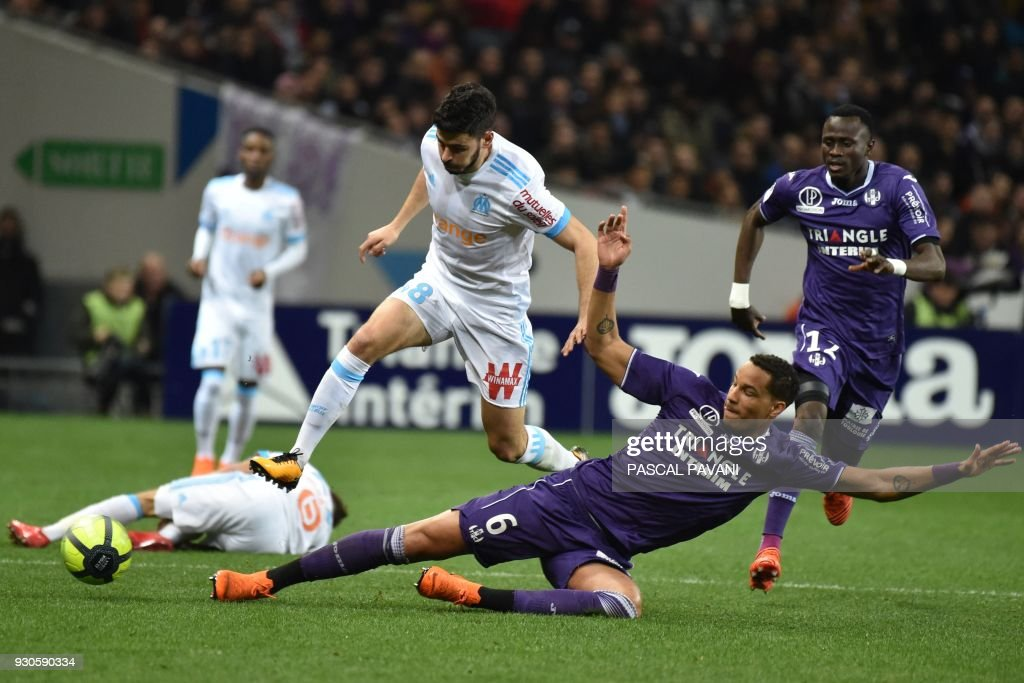 Toulouse's French defender Christopher Jullien (R) tackles Olympique de Marseille's French midfielder Morgan Sanson (L) during the French L1 football match Toulouse vs Marseille on March 11, 2018 at the Municipal stadium in Toulouse, southwestern France. PAVANI