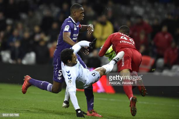 Toulouse's French defender Issa Diop and Toulouse's French goalkeeper Alban Lafont vies with Strasbourg's French forward Idriss Saadi during the...