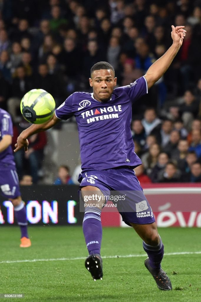 Toulouse's French defender Kelvin Amian controls the ball during the French L1 football match between Toulouse (TFC) and Marseille (OM) at the Municipal Stadium in Toulouse, southern France on March 11, 2018. /