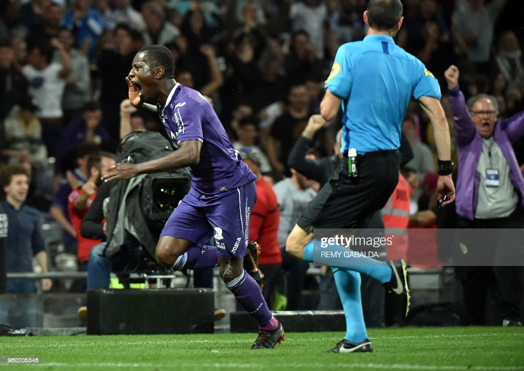 Toulouse's French forward Max-Alain Gradel (L) celebrates after scoring his team's first goal during the French L1 match between Toulouse and Guingamp at The Municipal Stadium in Toulouse, southern France on May 19, 2018.