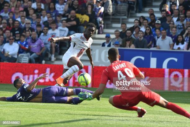 Toulouse's French goalkeeper Alban Lafont vies with Lille's Ivorian forward Nicolas Pepe during the French L1 football match Toulouse against Lille...