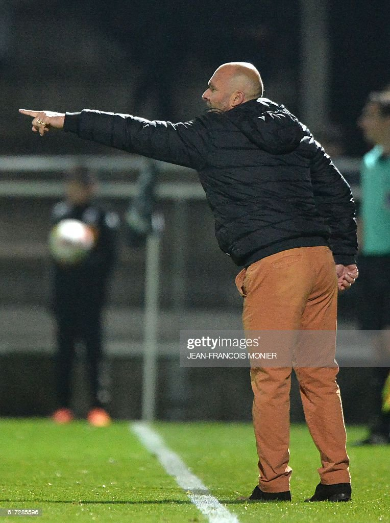 Toulouse's French head coach Pascal Dupraz looks on during the French L1 football match between Angers (SCO) and Toulouse (TFC) on October 22, 2016, at the Jean Bouin Stadium in Angers, northwestern France. / AFP / JEAN