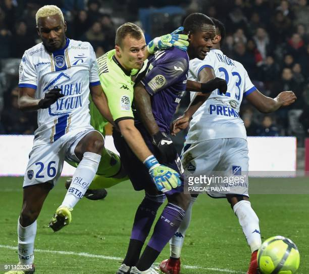 Toulouse's French midfielder Giannelli Imbula vies with Troyes' French goalkeeper Erwin Zelazny and Troyes' Malian forward Adama Niane during the...