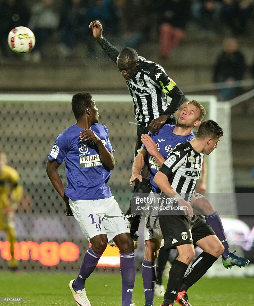Toulouse's French midfielder Ibrahim Sangaré (L) vies for the ball with Angers' Senegalese midfielder Cheikh N'Doye during the French L1 football match between Angers (SCO) and Toulouse (TFC) on October 22, 2016, at the Jean Bouin Stadium in Angers, northwestern France. / AFP / JEAN