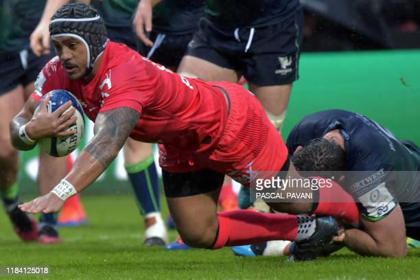 Toulouse's New Zealand centre Pita Ahki scores a try during the European Champions Cup rugby union pool match between Toulouse and Connacht at the...