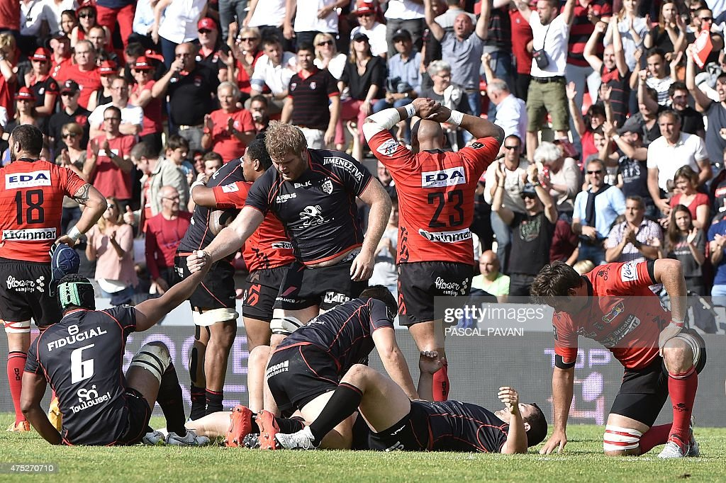 Toulouse's players and Oyonnax's players react at the end of the French Top 14 rugby union match between Toulouse and Oyonnax on May 30, 2015 at the Ernest Wallon Stadium in Toulouse, southern France.