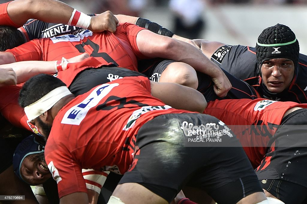 Toulouse's players and Oyonnax's players vie for the ball during the French Top 14 rugby union match between Toulouse and Oyonnax on May 30, 2015 at the Ernest Wallon Stadium in Toulouse, southern France.