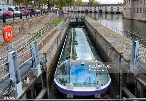 tour boat inside levelling pool in the canal ,strasbourg. - emreturanphoto stock pictures, royalty-free photos & images