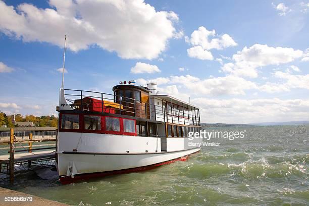 tour boat on finger lakes - スカネアトレス湖 ストックフォトと画像