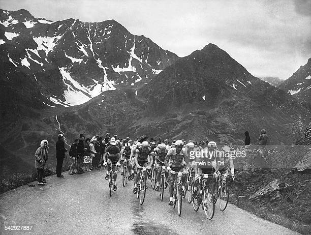Tour de France das Fahrerfeld auf der 18Etappe von Grenoble nach Aosta in den französischen Alpen 1959