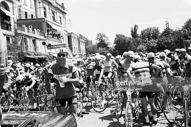 Tour De France July 1959 Du 9 juillet au 18 juillet 1959 tour de France cycliste A l'arrivée du peloton dans une ville Louison BOBET souriant pied à...