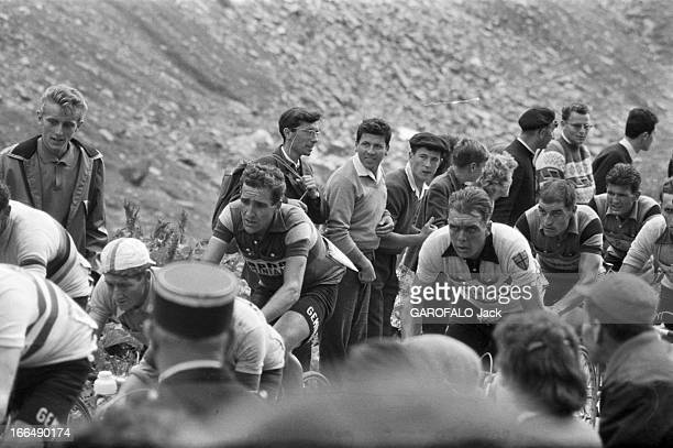 Tour De France July 1959 Du 9 juillet au 18 juillet 1959 tour de France cycliste Dans une étape de montagne des coureurs grimpent pendant que des...