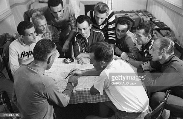 Tour De France July 1959 Du 9 juillet au 18 juillet 1959 tour de France cycliste Réunion de l'équipe de France après la défaite du Tourmalet dans les...