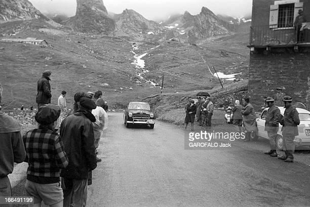 Tour De France July 1959 Du 9 juillet au 18 juillet 1959 tour de France cycliste Dans un paysage de montagne sous la pluie une voiture circule sur...