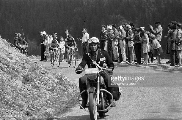 Tour De France July 1959 Du 9 juillet au 18 juillet 1959 tour de France cycliste Dans une étape de montagne un motard ouvre la voie à des coureurs...