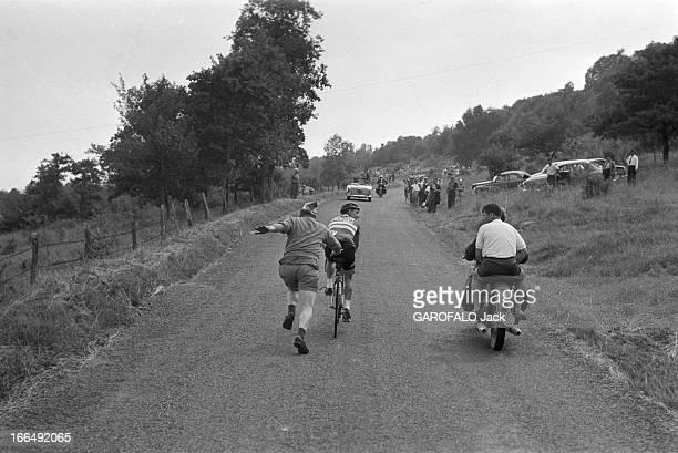 Tour De France July 1959 Du 9 juillet au 18 juillet 1959 tour de France cycliste Dans une étape de montagne un personnage à pied pousse un cycliste...