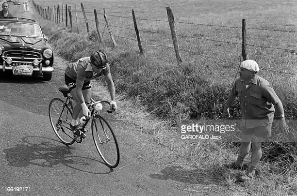 Tour De France July 1959 Du 9 juillet au 18 juillet 1959 tour de France cycliste Dans une étape de montagne un coureurs en danseuse grimpe suivi...