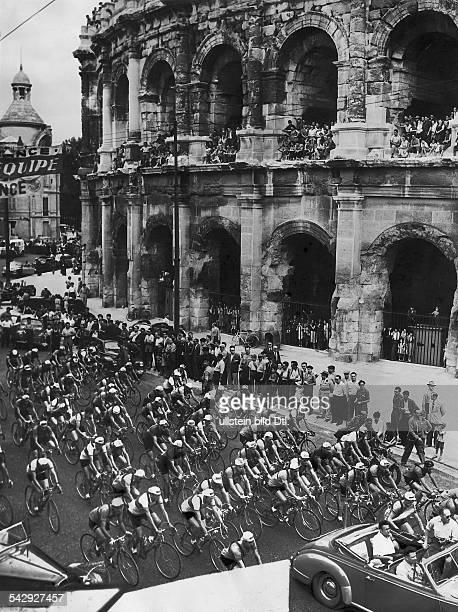 Tour de France Start zur 15 Etappe von Nimes nach Marseille in Nimes am Amphitheater 1953