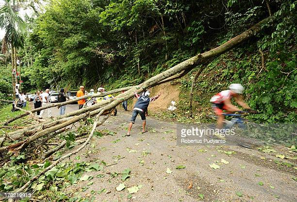 CONTENT] Tour de Singkarak 2013 officers set the riders to avoid a fallen tree blocking the road in Kelok 44 Hill The fallen tree caused the race...