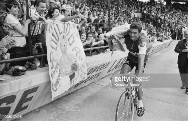 Tour d'honneur de Raymond Poulidor au Parc des Princes pour son arrivée triomphale de la 22e étape du Tour de France à Paris France le 23 juillet 1967