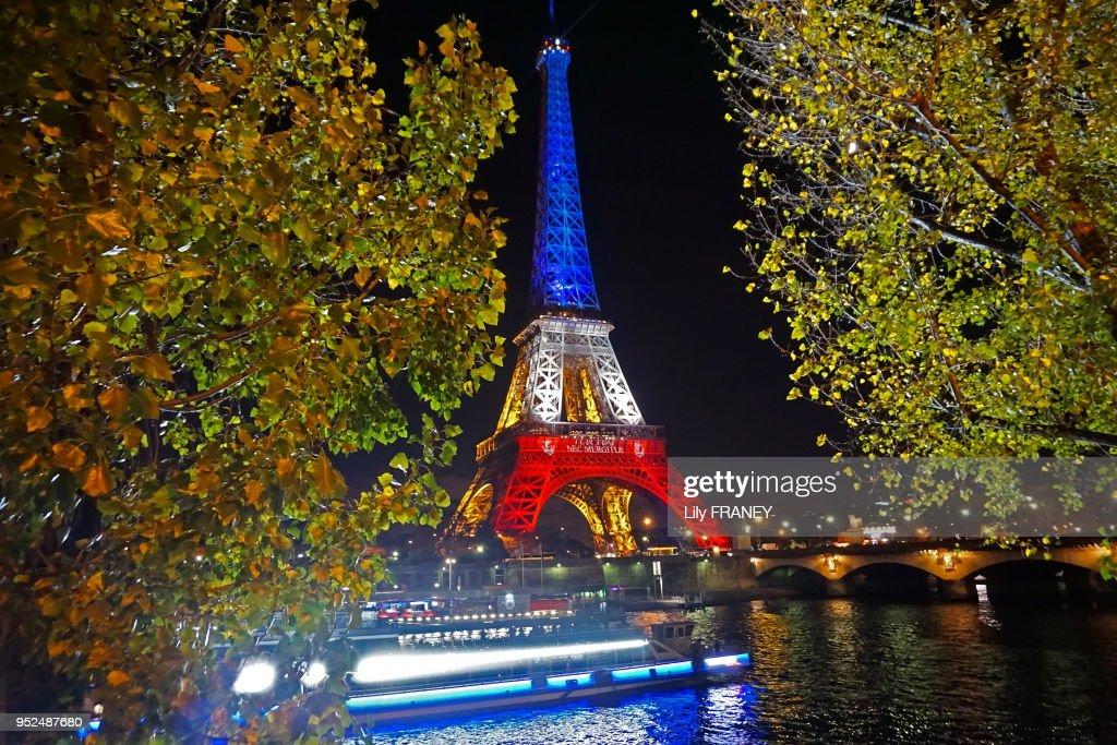 Tour Eiffel Illuminée Aux Couleurs Tricolores Bleu Blanc