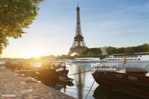 tour eiffel & port debilly, paris - seine stockfoto's en -beelden