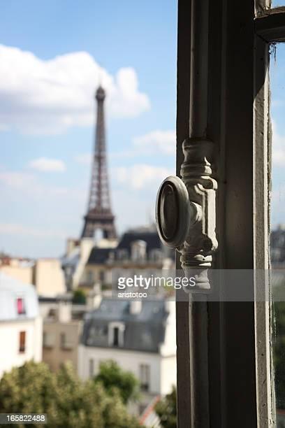 Tour Eiffel à la fenêtre