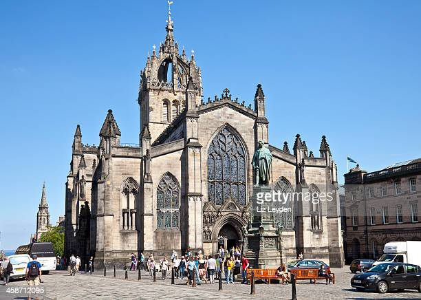 tour group leaving st giles cathedral, central edinburgh - st. giles cathedral stock pictures, royalty-free photos & images