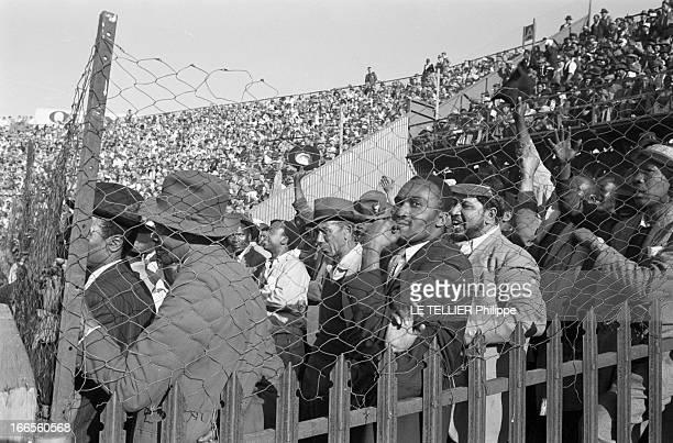 Tour Of France Rugby Team In South Africa Le 20 aout 1958 à Johannesburg en Afrique du Sud pendant l'apartheid une tribune réservée aux noirs...